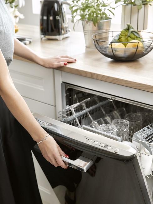 Schwarze Spülmaschine reinigen in der Küche