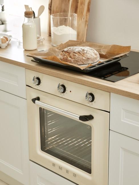 Backblechen reinigen Brot über hellem Smeg Backofen