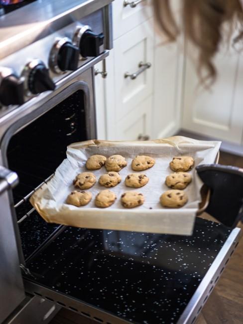Backblech mit Backpapier auf dem Cookies liegen