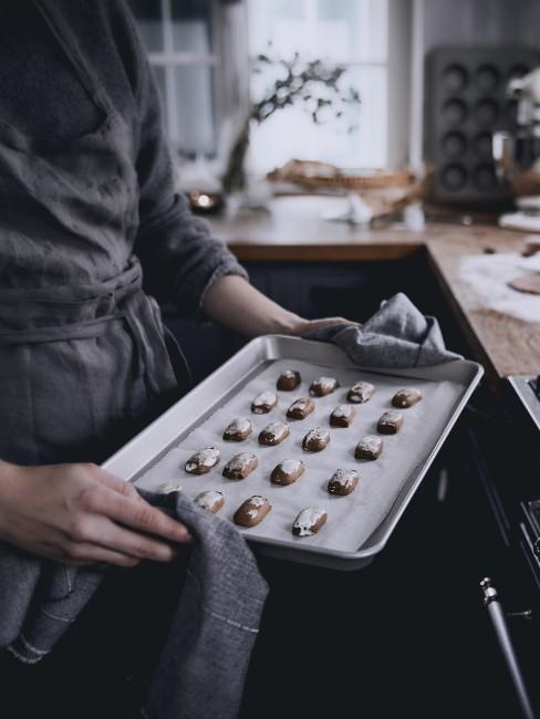 Backblech reinigen Kekse auf Backpapier in Küche