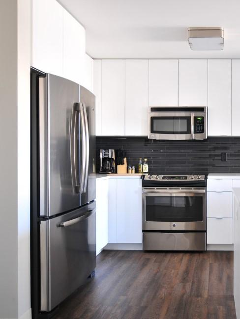 Mikrowelle und andere Haushaltsgeräte in Küche
