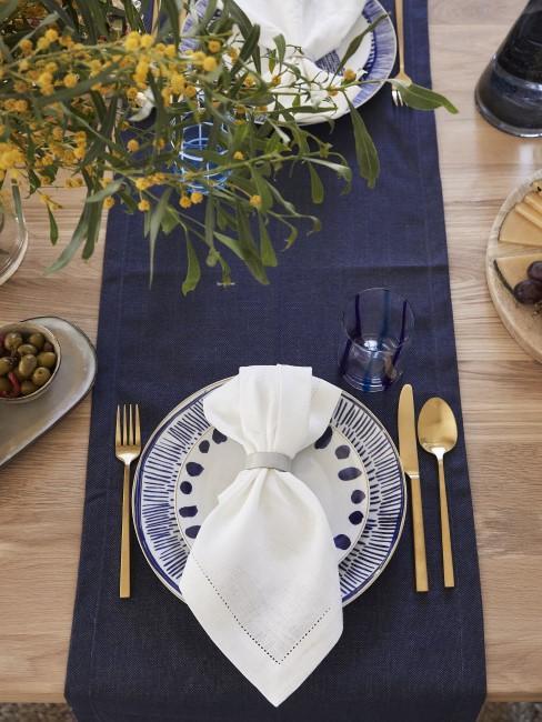 Blaue Tischdecke reinigen
