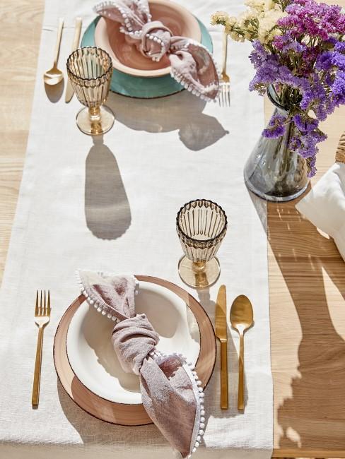 Tischdecke reinigen Blumen auf Tisch