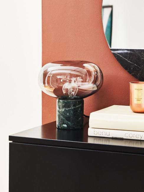 Dunkle Marmor Lampe auf Sideboard in schwarz
