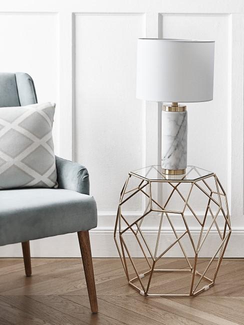 Marmor Lampe im Wohnzimmer auf goldenem Beistelltisch