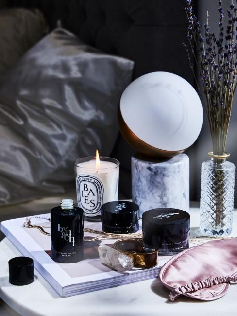 Marmor Lampe steht auf dem Nachttisch im Schlafzimmer