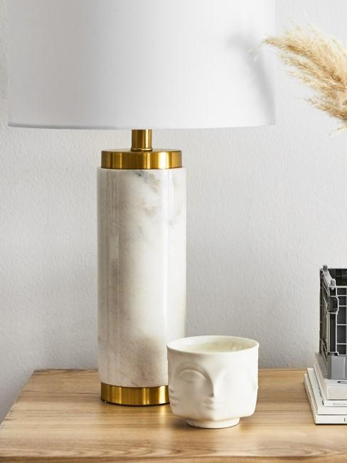 Helle Marmor Lampe mit goldenen Details