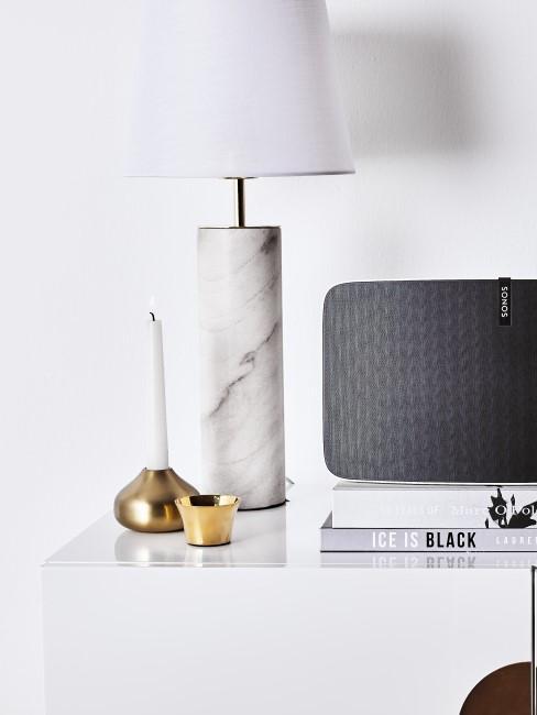 Weiße Marmor Lampe auf Sideboard