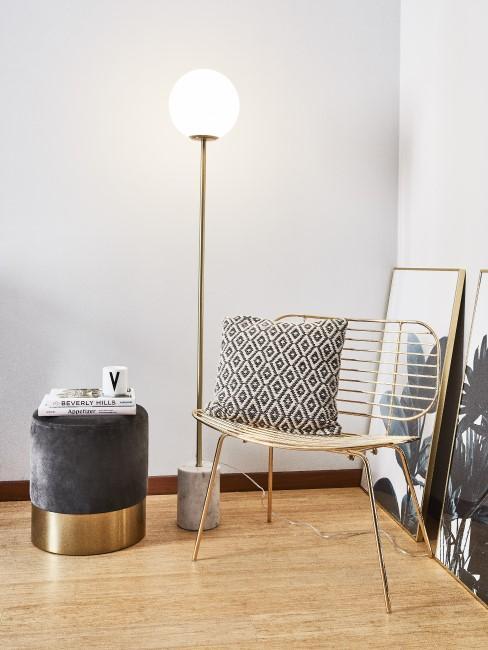 Marmor Stehlampe steht hinter einem goldenen Stuhl und neben einem Hocker aus Samt