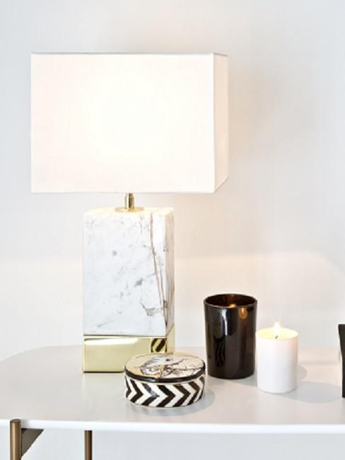 Weiße Marmor Lampe steht auf einem Tisch