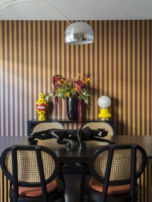 Silberne Bogenlampe über einem Esstisch in exzentrischem Look