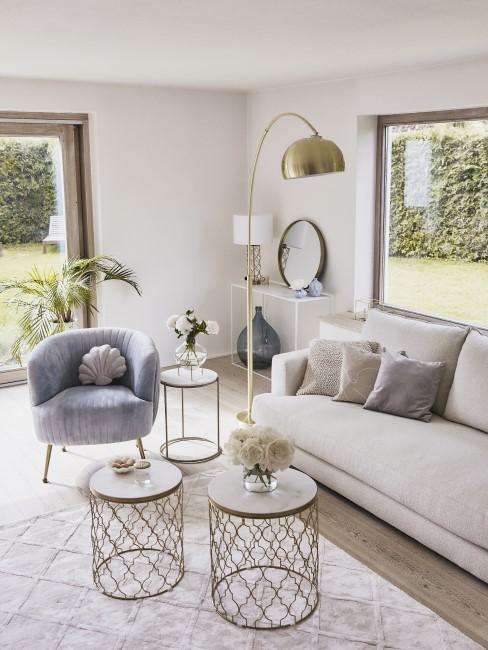Goldene Bogenlampe in glamourösem Wohnzimmer