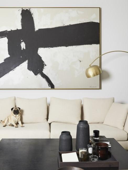 Goldene Bogenlampe in hellem modernem Wohnzimmer