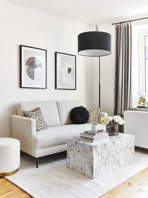 Schwarze Bogenlampe in Wohnzimmer mit Marmortisch