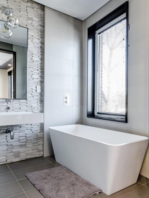Badewanne in sauberem Badezimmer