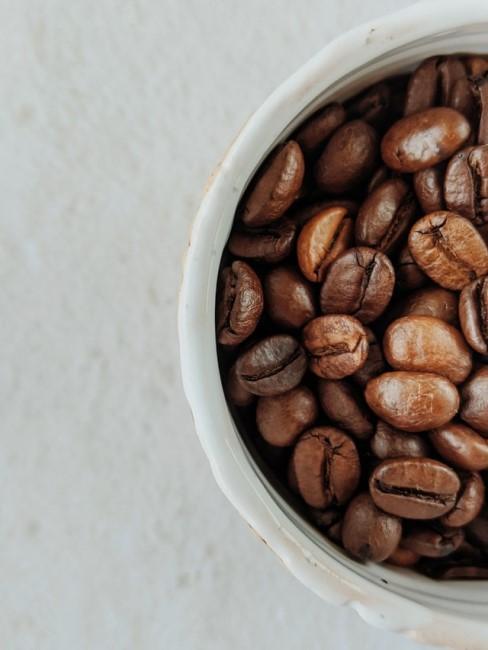 Kaffeebohnen in Schale zum Kühlschrank reinigen