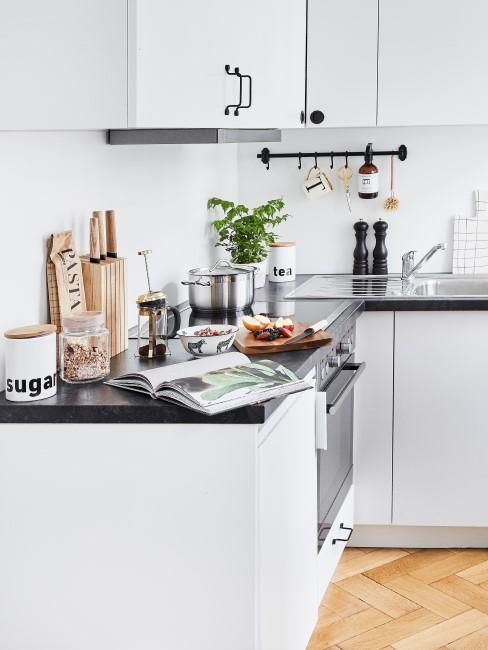 Kleine Küche putzen und aufräumen
