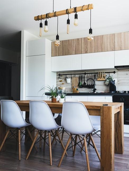 Küche und Esszimmer mit Holztisch