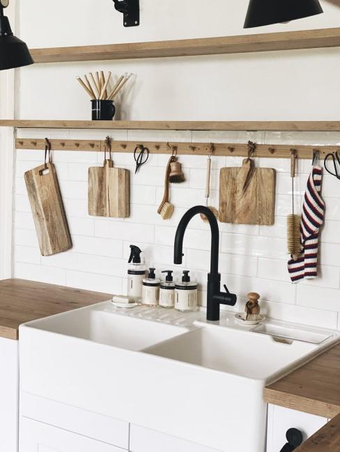 Waschbecken mit schwarzem Wasserhahn und Holzdetails