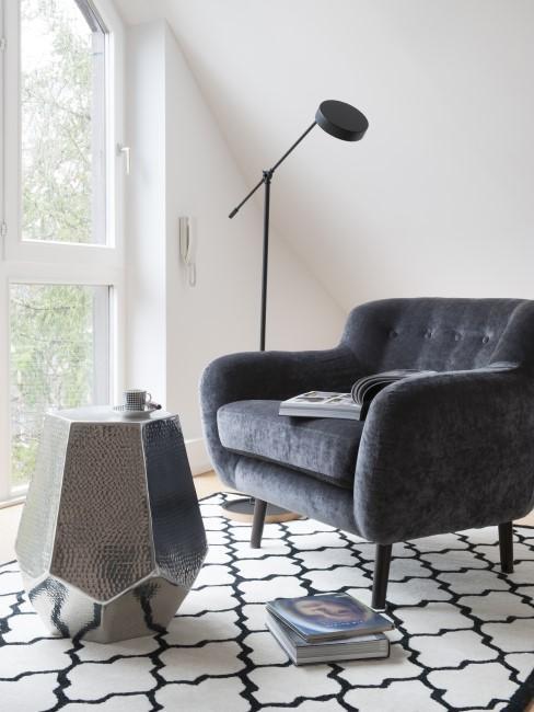 Samt Sessel steht im Wohnzimmer