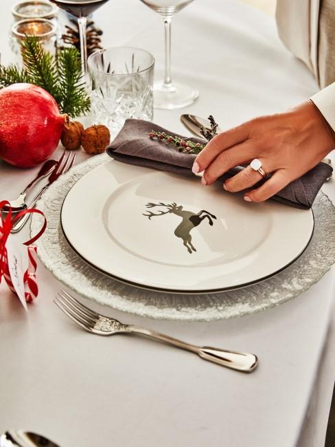 Weihnachtliches Geschirr und Teller mit Hirschmotiv