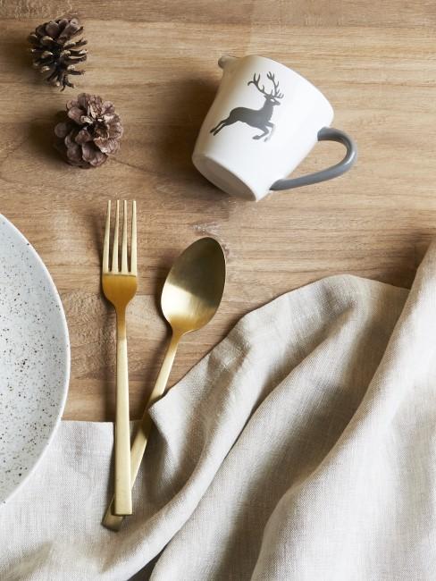 Tasse mit Hirschmotiv auf einem Holztisch