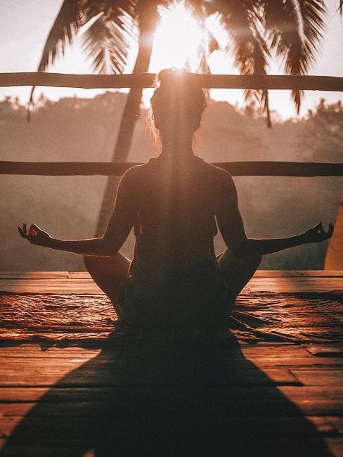 Meditation fuer Anfaenger sitzend Frau im Lotussitz
