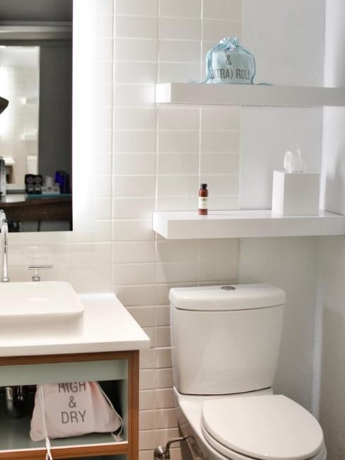 Toilette reinigen im Badezimmer