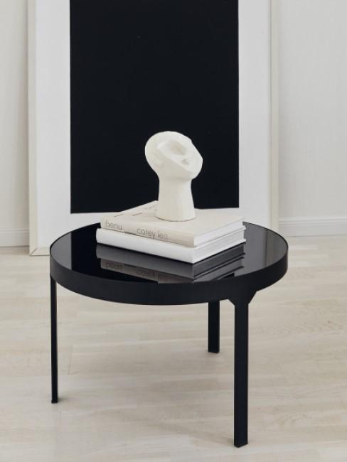 Weißer Deko Kopf auf schwarzem Tisch