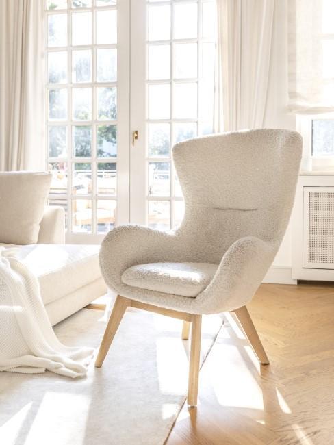 In einem hellen Wohnzimmer steht ein Teddy Sessel