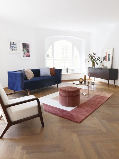 Großes helles Wohnzimmer mit Sofa und Sessel