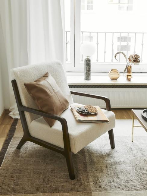 Weißer Sessel und ein braunes Deko-Kissen