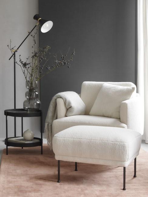 Weißer Teddy Sessel neben einer Stehlampe