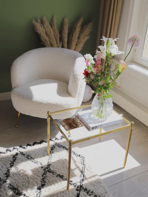 Ecke im Wohnzimmer mit Blumen auf dem Beistelltisch