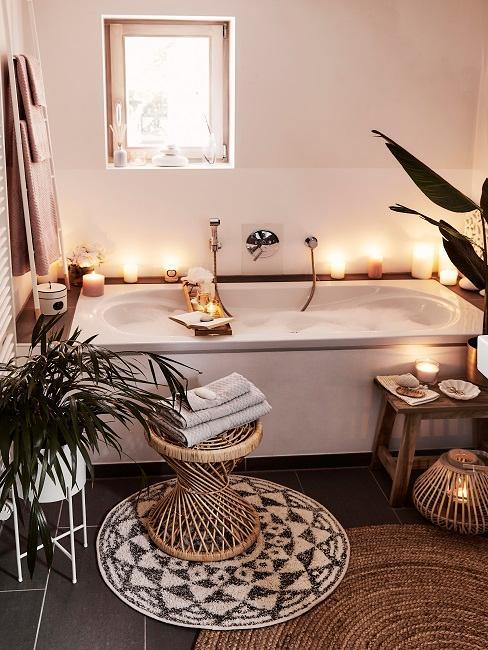 Kleines Bad mit einer Badewanne