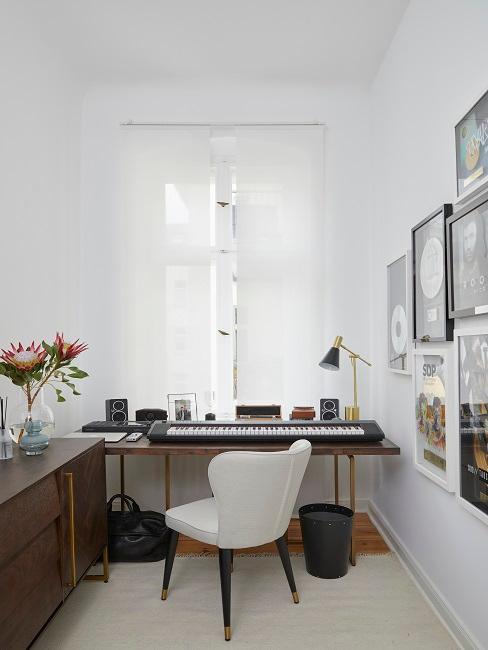 Kleiner Raum in Weiß und mit Holz