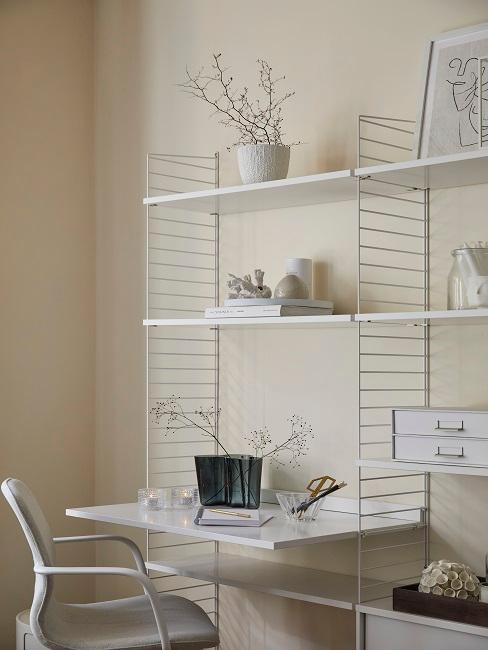 Kleines Büro in hellen Farbtönen