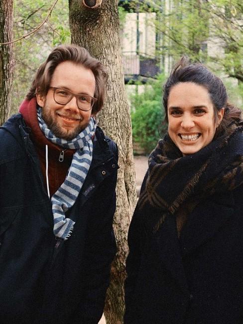 Lachende Frau und Mann