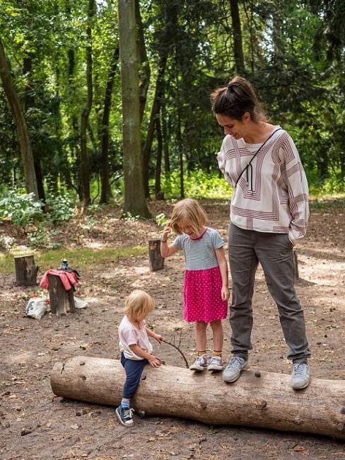 Frau mit zwei Kindern im Wald