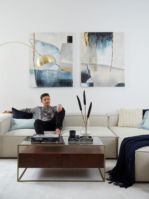 Nico Santos Wohnzimmer Sofa sitzend
