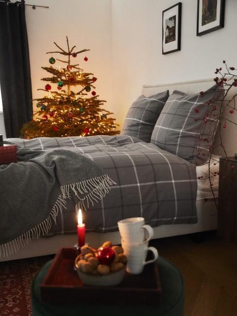 Weihnachtliches Schlafzimmer mit Christbaum