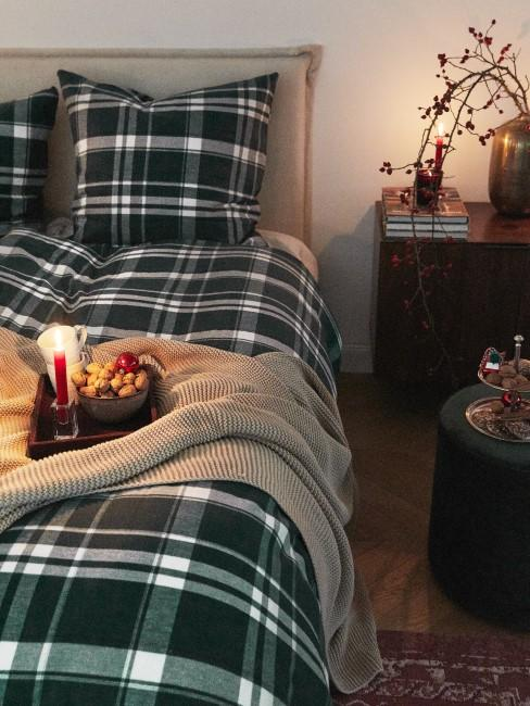 Dunkel karierte Bettwäsche auf Polsterbett