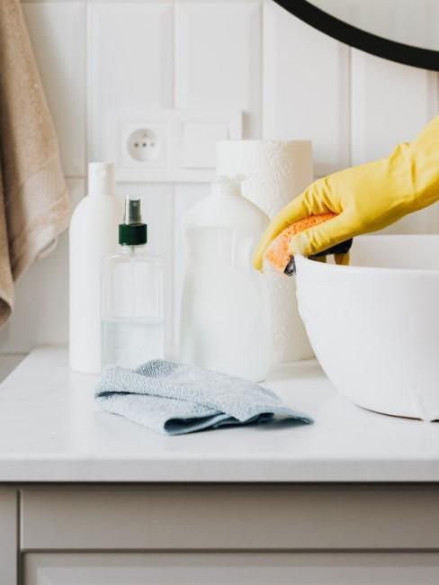 Reiniger stehen im Badezimmer auf der Ablage