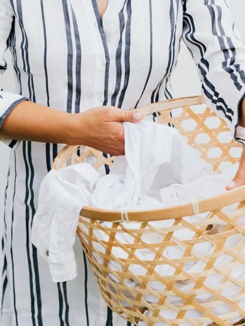 Frau trägt einen Wäschekorb