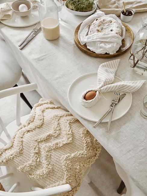Serviette in Hasenform für die Tischdeko