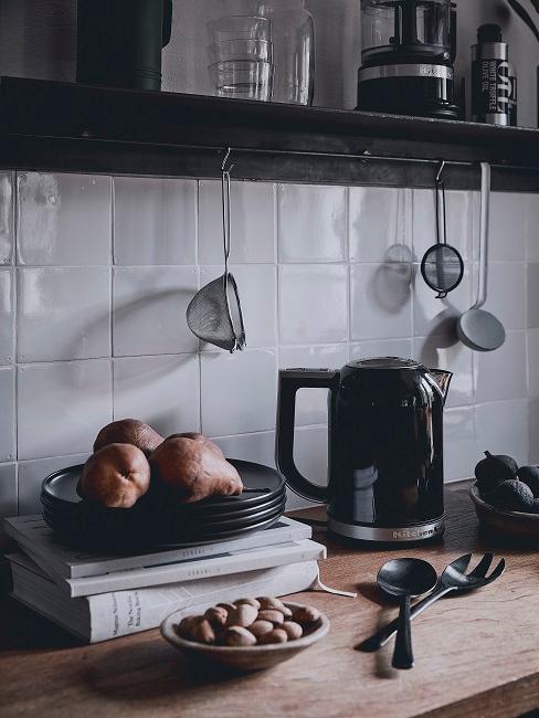 Wasserkocher in einer kleinen Küche