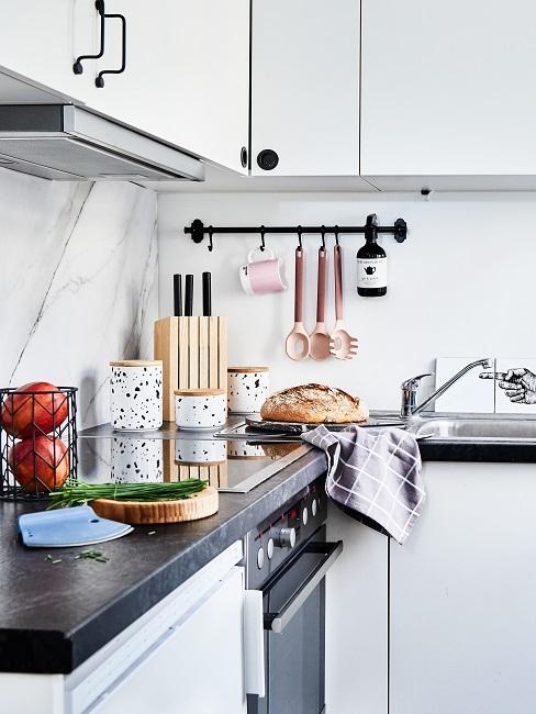 Küchenzeile mit Aufbewahrungsmöglichkeiten