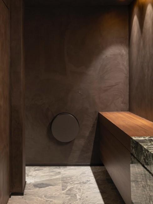 Schlichte dunkle Dusche mit einer Ablage aus Holz