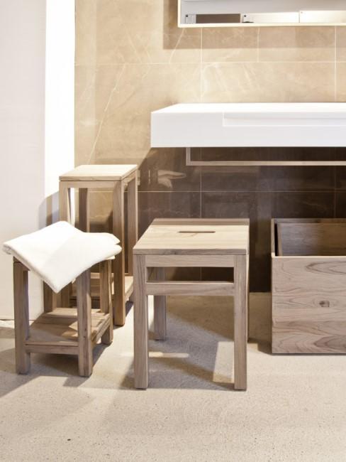 Helle Badmöbel aus Holz