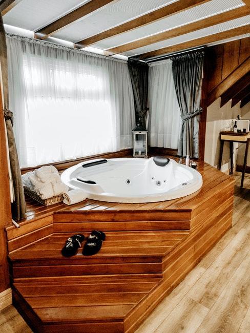 Badezimmer mit einer Badewanne aus Holz